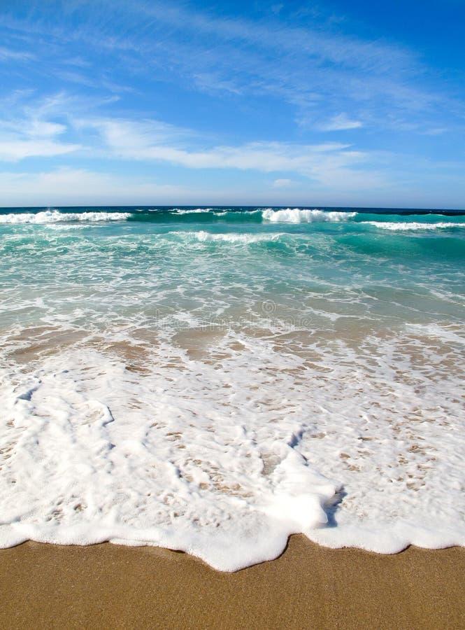 Download Ondas Que Quebram Na Costa Do Mar Foto de Stock - Imagem de ensolarado, nuvens: 26503642