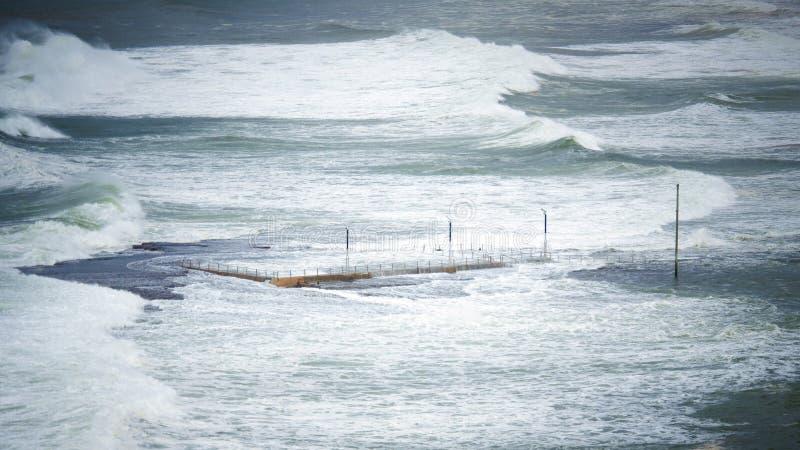 Ondas que se estrellan contra piscina en una playa foto de archivo libre de regalías