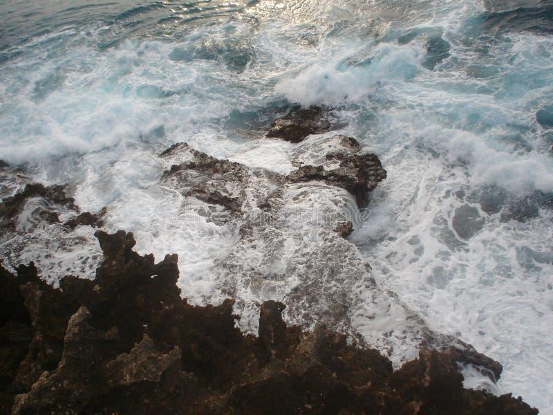 Ondas que se estrellan en los bordes de punta de Black Rock foto de archivo