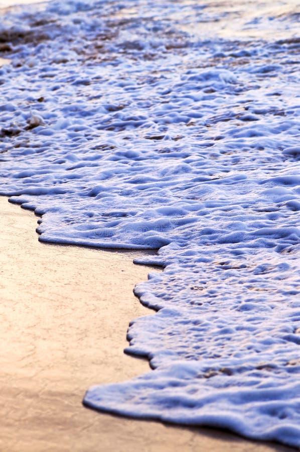 Ondas que se rompen en orilla tropical foto de archivo libre de regalías