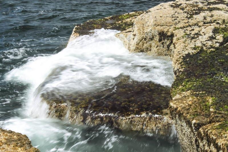 Ondas que se rompen en rocas en el punto de Schoodic, Maine imagen de archivo