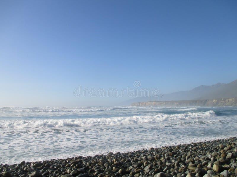 Ondas que vienen adentro en Jade Cove, California, Big Sur fotografía de archivo libre de regalías