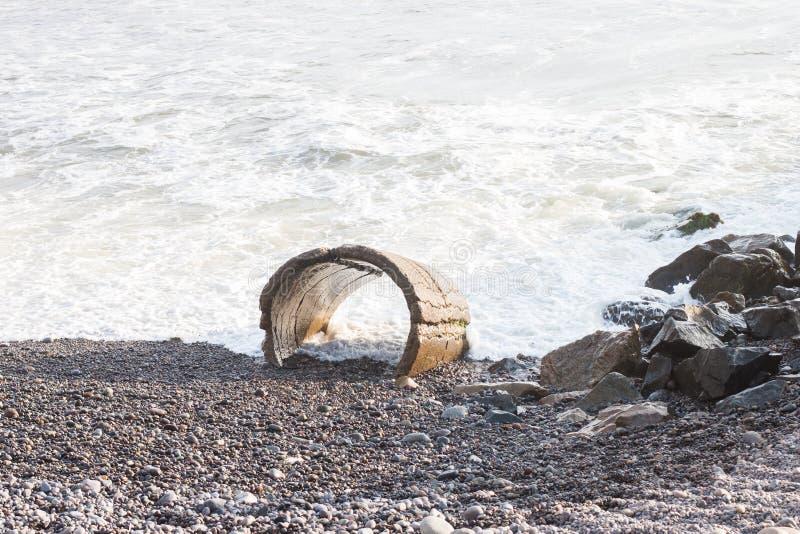 Ondas, rochas, praia de Costa Verda imagem de stock