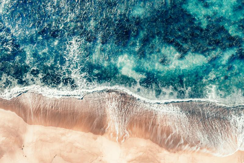 Ondas tiradas aéreas de la playa en Coalcliff foto de archivo