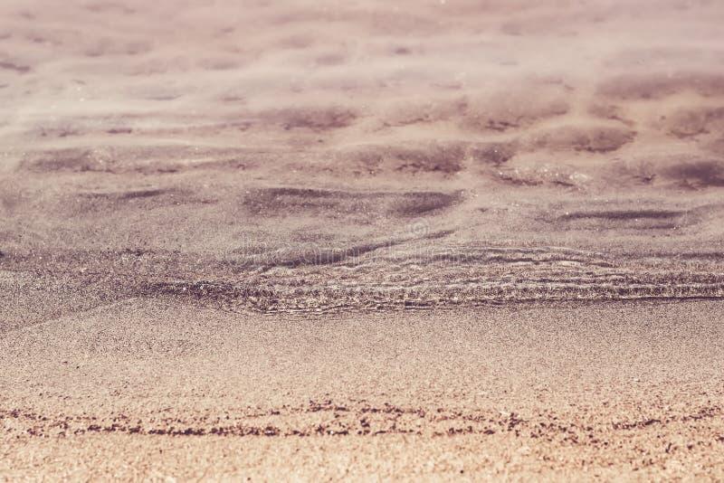 Ondas transparentes silenciosas y primer de la playa arenosa Verano y concepto del viaje fotografía de archivo libre de regalías