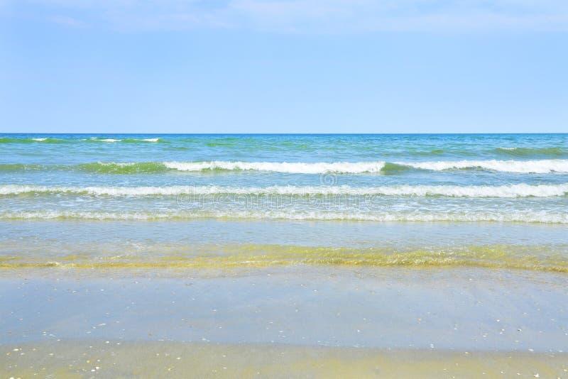 Ondas y arena del mar fotos de archivo