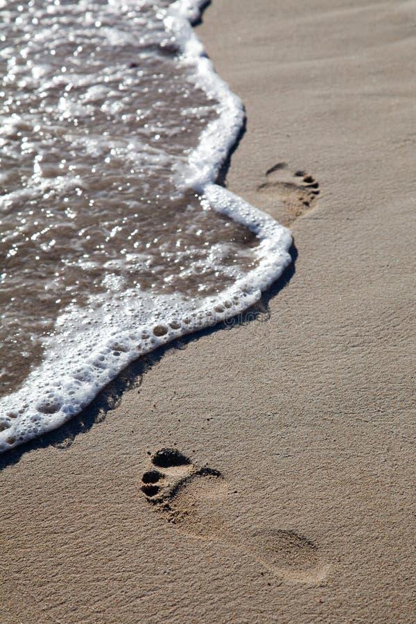 Ondas y huellas en la playa fotos de archivo libres de regalías
