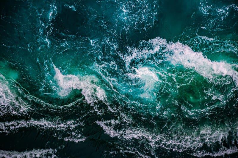Ondate d'acqua del fiume e del mare si incontrano fotografia stock