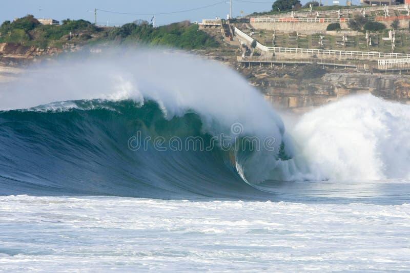 Onde énorme de vague déferlante se cassant sur la plage photo stock