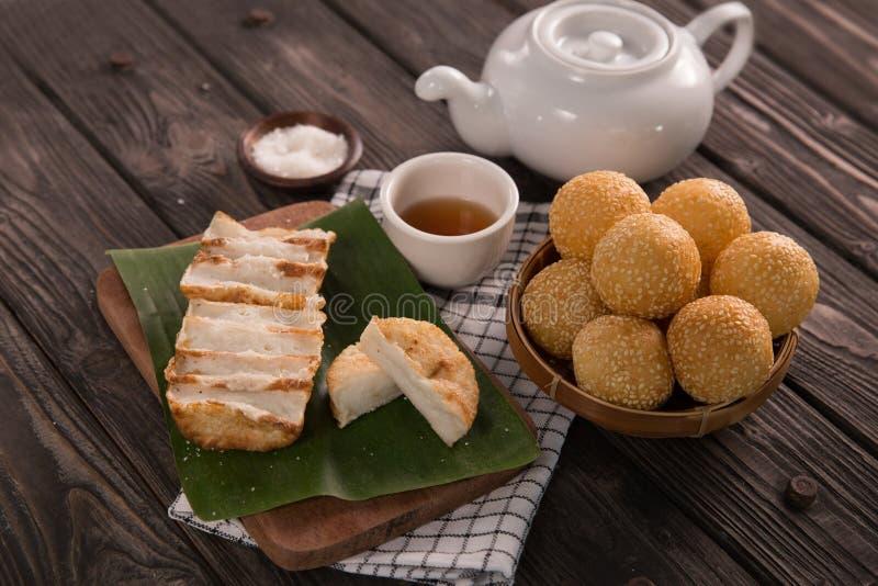Onde-onde и gandos Индонезийская традиционная еда стоковые фотографии rf