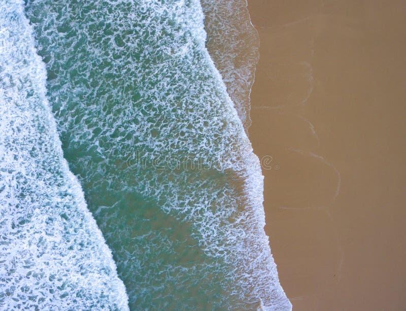 Onde ad una spiaggia veduta da sopra fotografia stock libera da diritti