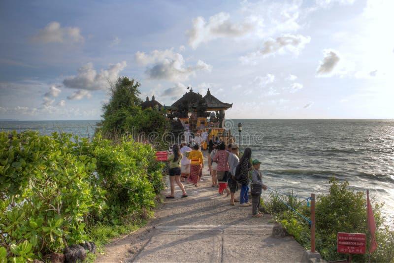 Onde al giorno soleggiato, Bali, Indonesia del tempio e di oceano del lotto di Tahah fotografia stock libera da diritti