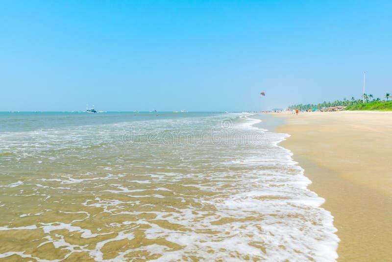Onde alla spiaggia di Colva fotografia stock