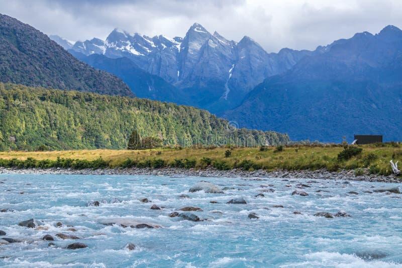 Onde blu del fiume in montagne fotografie stock libere da diritti