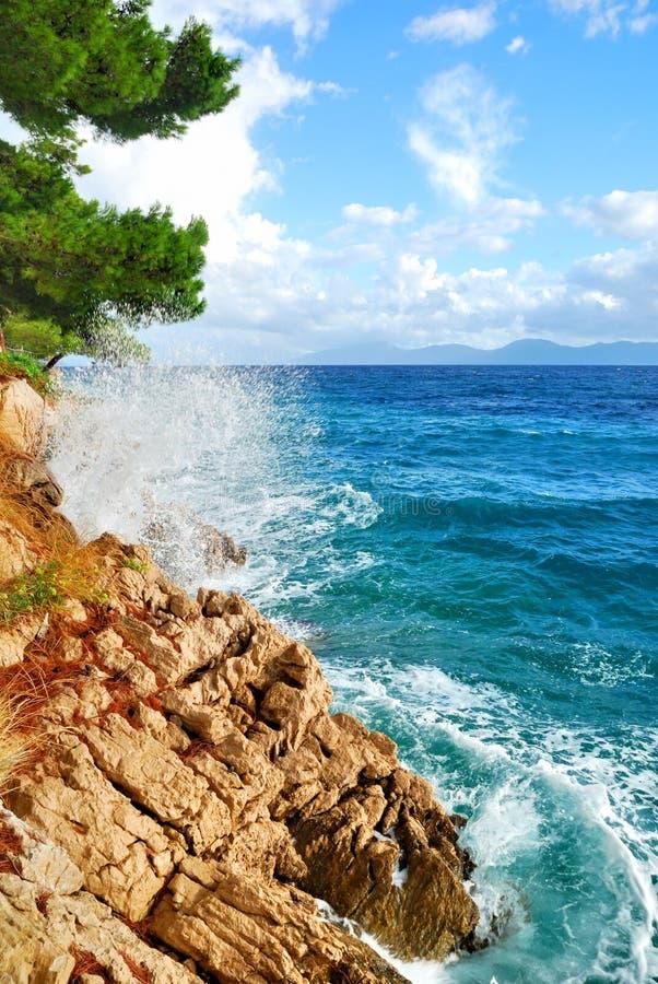 Onde blu del mare della scogliera della roccia fotografie stock libere da diritti