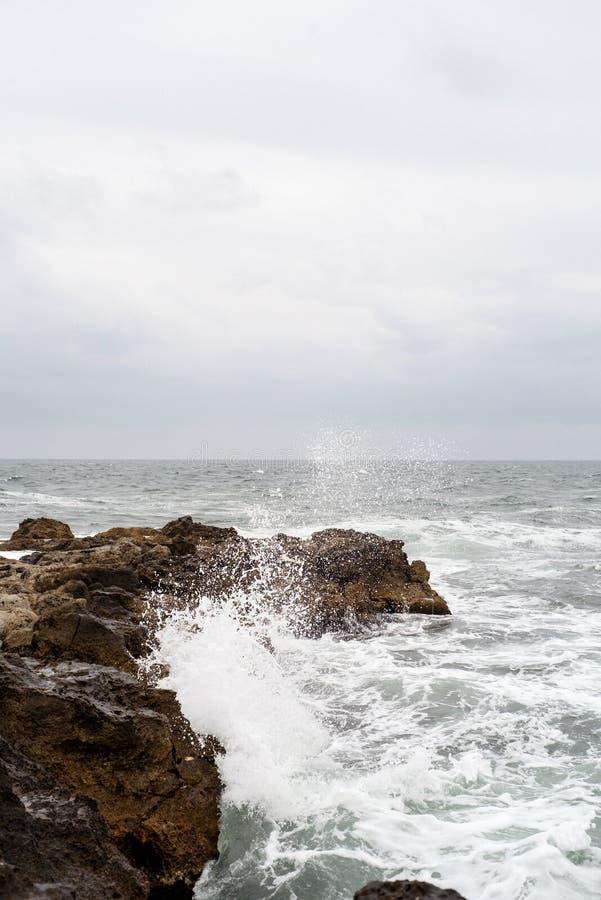 Onde che colpiscono le rocce a Mar Nero immagini stock libere da diritti