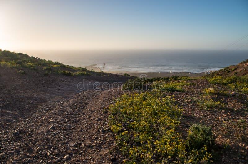 Onde che compaiono nell'orizzonte a Sidi Ifni, Marocco immagini stock