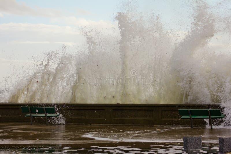Onde che si arrestano alla spiaggia della città di Narragansett fotografia stock