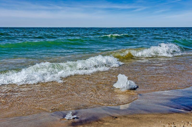 Onde che si dirigono ad una spiaggia fotografia stock libera da diritti