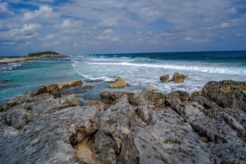 Onde che si rompono sulla riva dell'isola dei Caraibi immagine stock