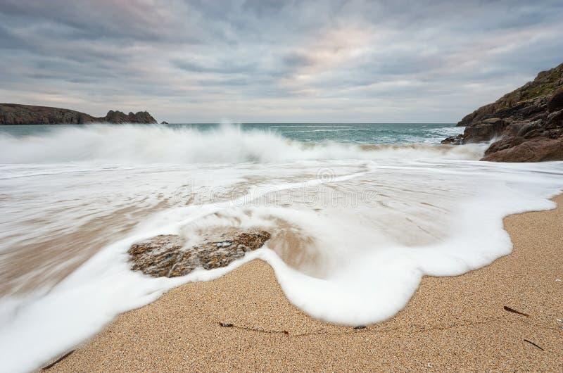 Onde che si rompono sulla spiaggia fotografia stock libera da diritti