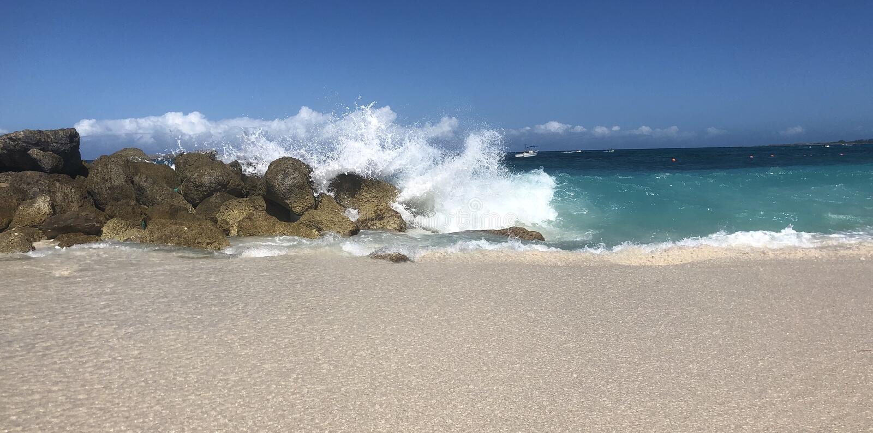 Onde che si schiantano alla spiaggia fotografie stock libere da diritti