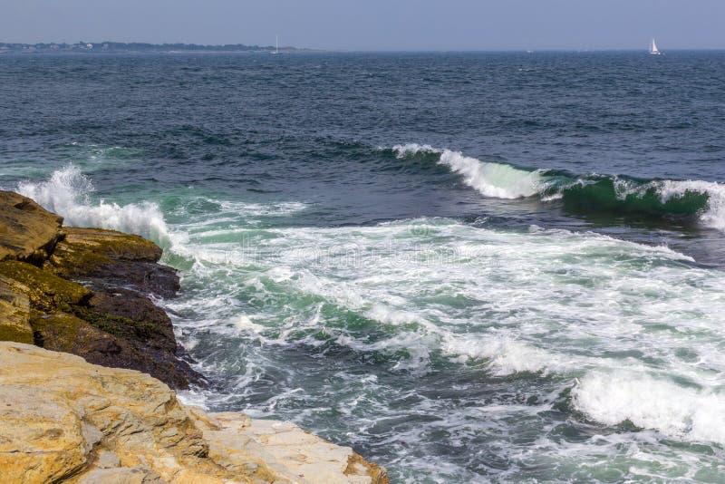 Onde che si schiantano nel litorale un giorno di estate fotografia stock