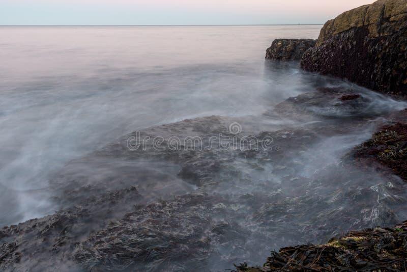 Onde che si schiantano sopra il fuco su Maine Coast immagini stock libere da diritti