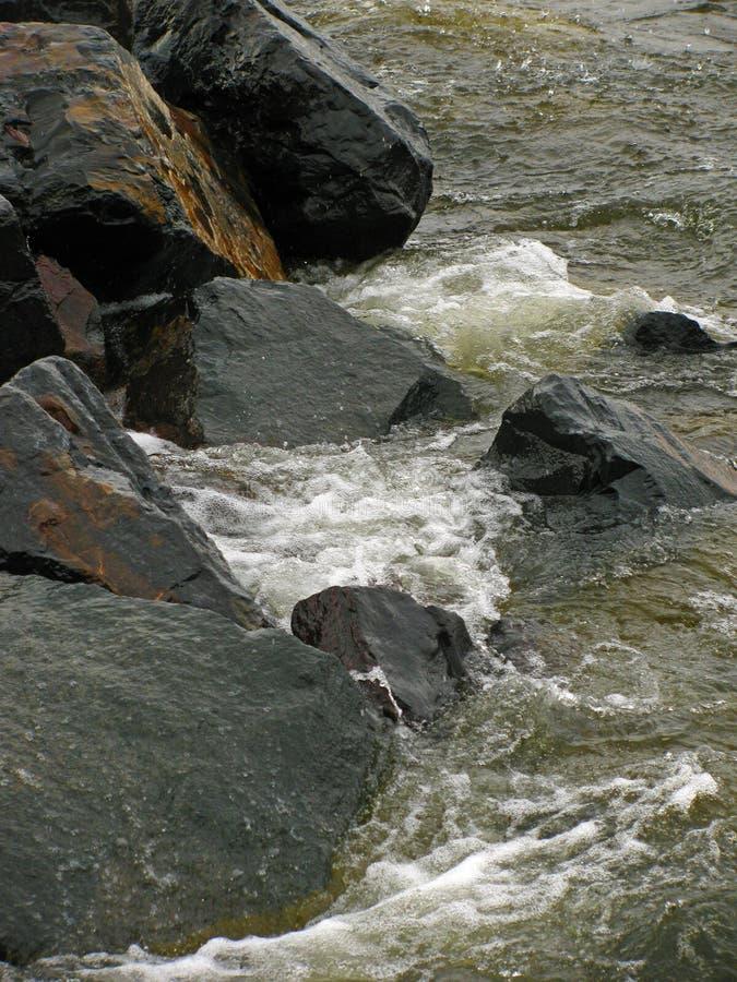Onde contro le rocce a Duluth fotografia stock libera da diritti