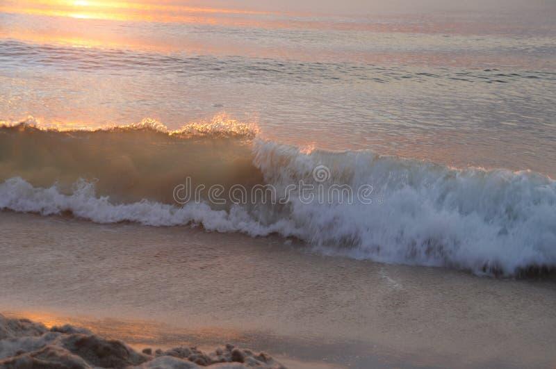 Onde de mer sous le faisceau de coucher du soleil image stock