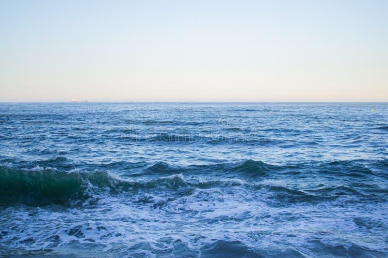 Onde del mare che spruzzano nel mare Cantabrian con chiari acqua blu e orizzonte Sfondo naturale fotografie stock libere da diritti