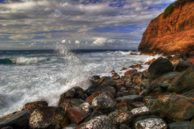 Onde dell'Hawai che rompono le rocce immagine stock libera da diritti