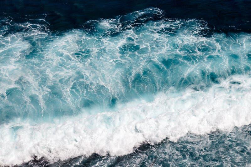 Onde dell'oceano Pacifico Uluwatu, Bali, Indonesia immagini stock