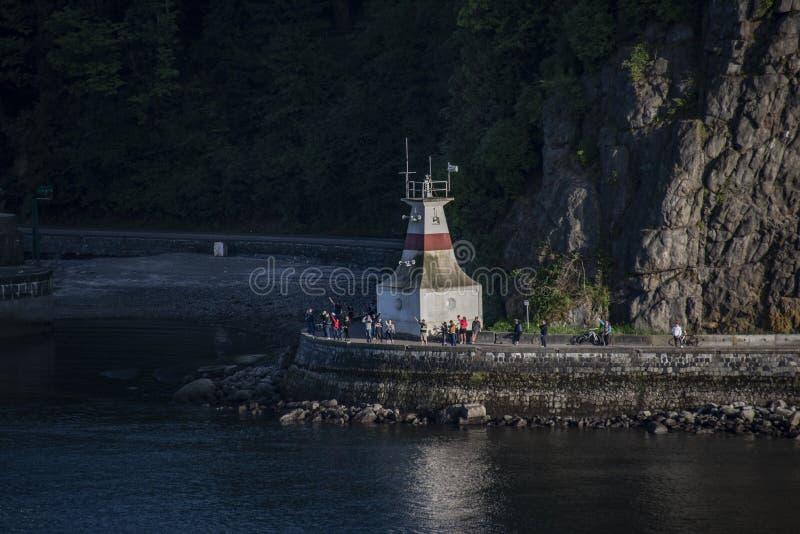 Onde della folla alla nave da crociera come si avvicina al ponte del portone dei leoni nell'incrocio storico fotografia stock libera da diritti