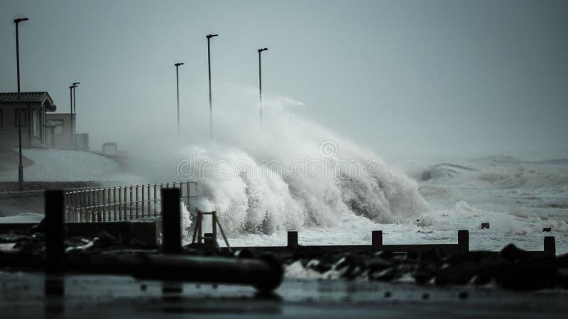 Onde della tempesta che battono linea costiera BRITANNICA fotografia stock