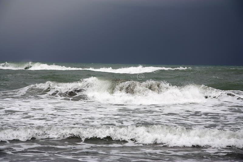 Onde della tempesta che si schiantano sulla spiaggia fotografie stock
