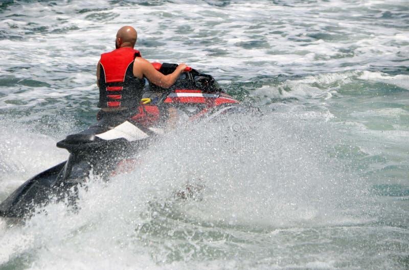Onde di guida dello sciatore del getto sul canale navigabile Intra-costiero di Florida immagini stock libere da diritti