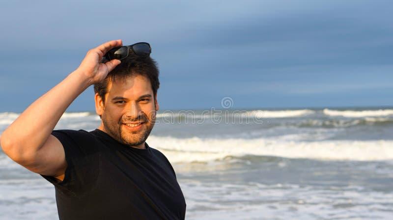 Onde di oceano sorridenti dell'uomo fotografia stock libera da diritti