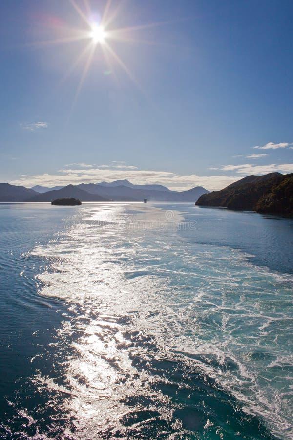 Onde dietro il cuoco Inlet dell'incrocio della nave dall'isola del nord della Nuova Zelanda all'isola del sud immagine stock