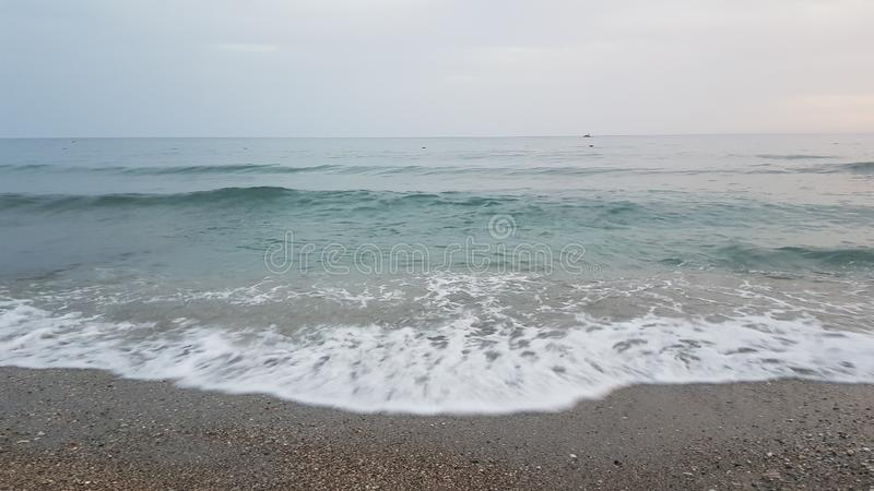 Onde e spiaggia dinamiche muoventesi fotografie stock libere da diritti