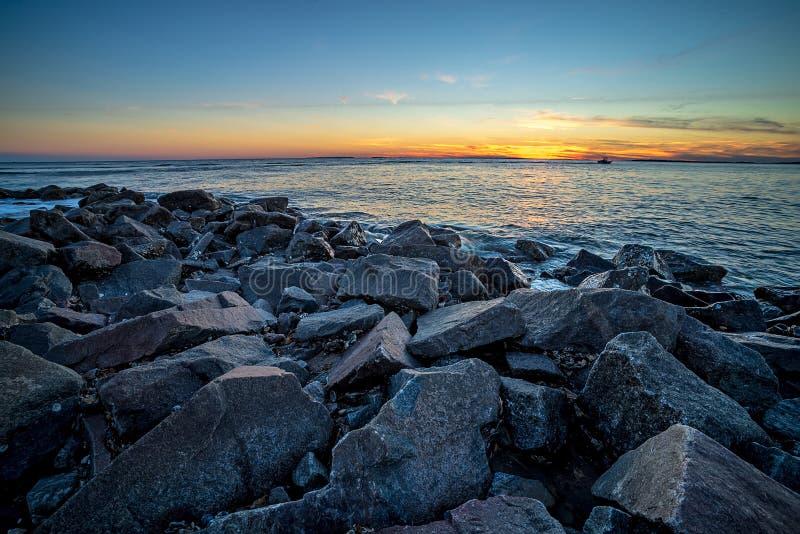Onde e un molo al tramonto nell'Oceano Atlantico a Edisto Beac immagine stock