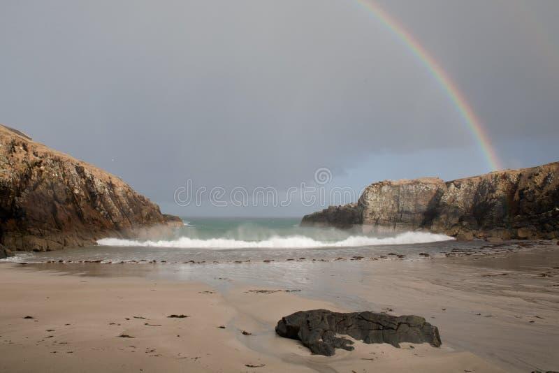 Onde ed arcobaleno dell'Oceano Atlantico immagine stock libera da diritti