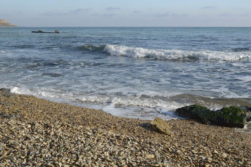 Onde liscie di Mar Nero che funzionano sulla riva pietrosa immagine stock