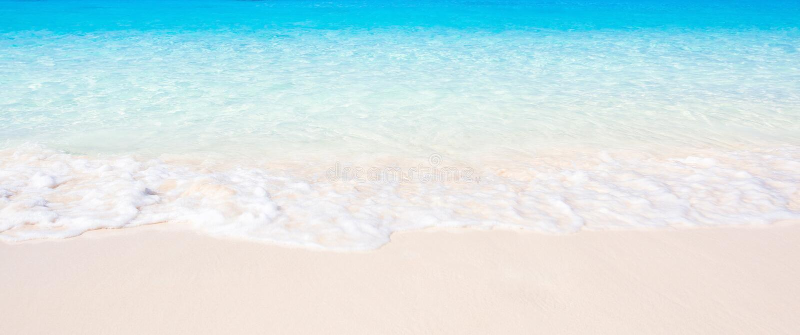 Onde molli dell'oceano blu sulla spiaggia sabbiosa Paesaggio di paesaggio del mare tropicale nel giorno del sole, acqua di mare e fotografia stock libera da diritti