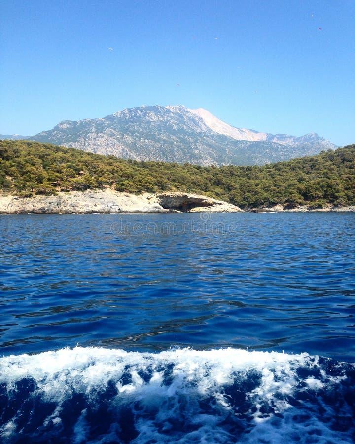 Onde a montanha encontra o mar fotos de stock