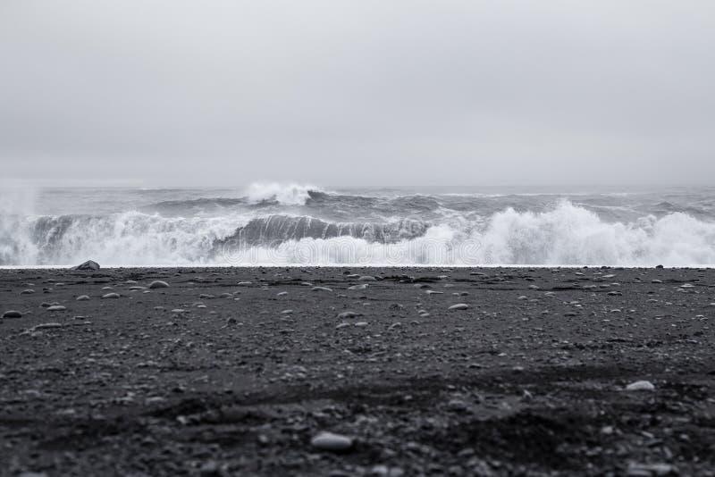 Onde nella bella spiaggia di sabbia nera vulcanica immagine stock libera da diritti