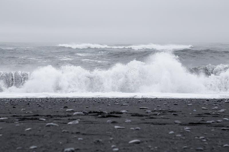 Onde nella bella spiaggia di sabbia nera vulcanica fotografia stock