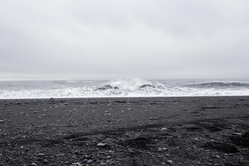 Onde nella bella spiaggia di sabbia nera vulcanica fotografie stock