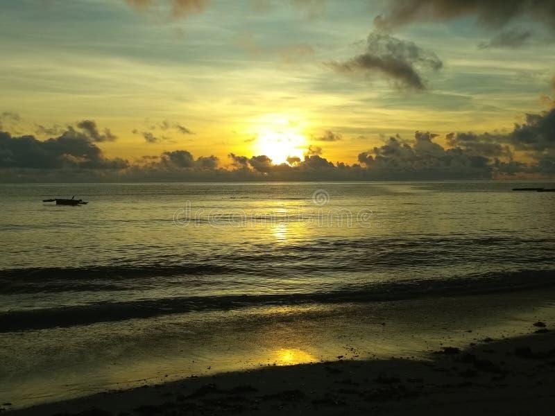 Onde o oceano beija o céu foto de stock