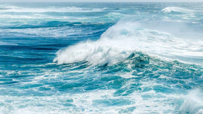 Onde in oceano blu di estate immagine stock